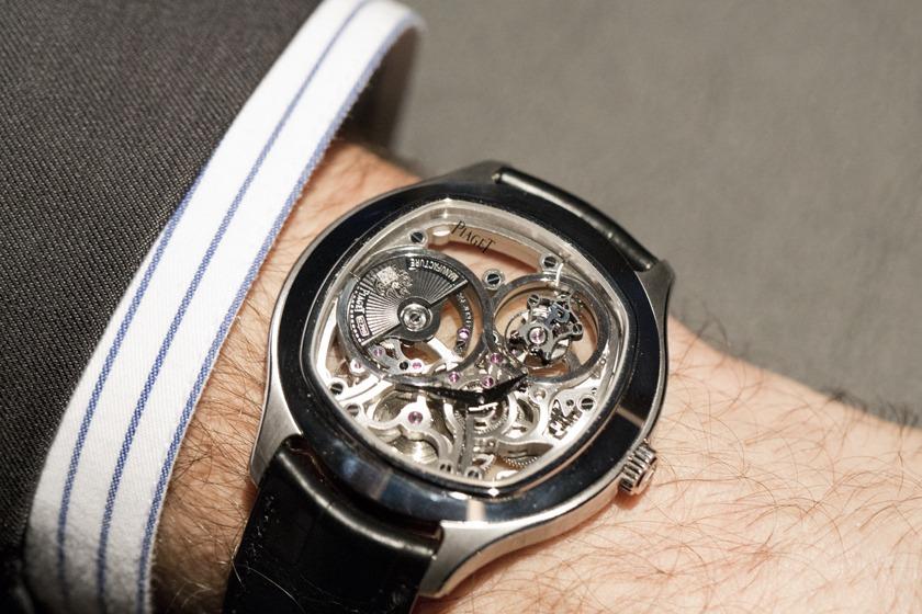 Эти часы на самом деле сделаны по принципу два-в-одном с двумя циферблатами, скрытыми друг под другом, покрытыми и усыпанными бриллиантами.