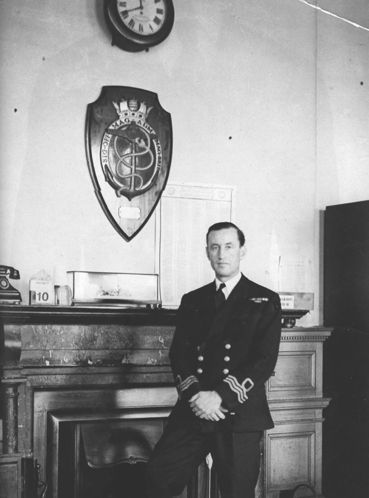 Ian Fleming en tenu de Commander de la Royal Navy