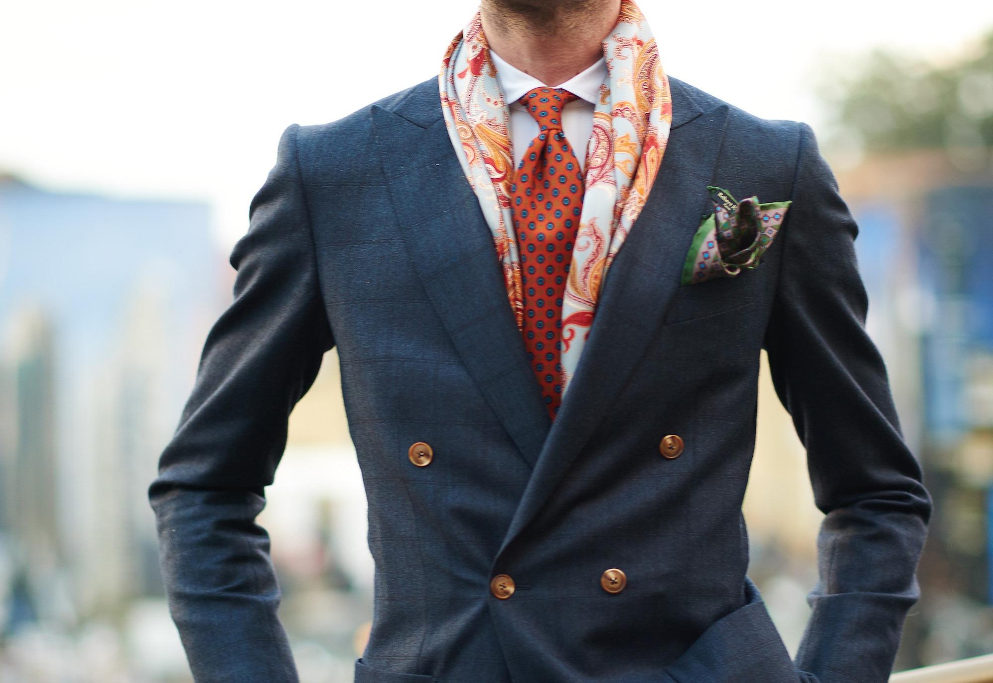 Comment porter sa veste croisée ? La classique chemise - Cravate et Étole Robert Kerr