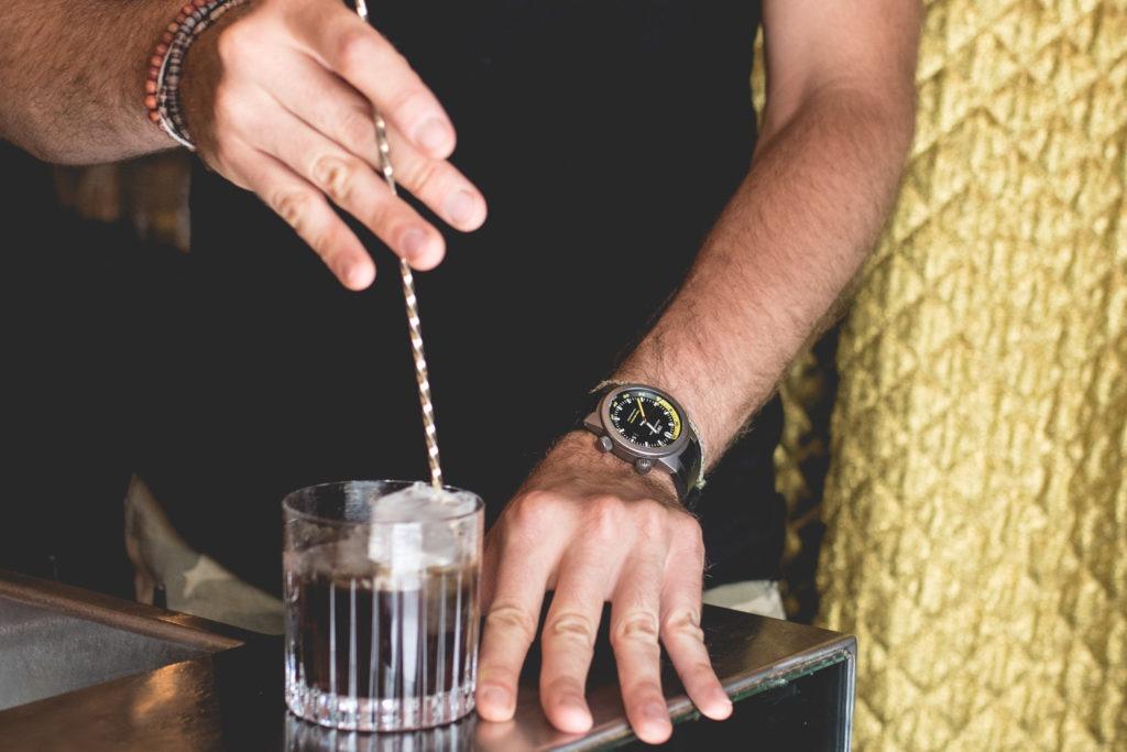 Le Syndicat Cocktail Club - À Midi ou à Minuit - Mélangez avec les morceaux de glace