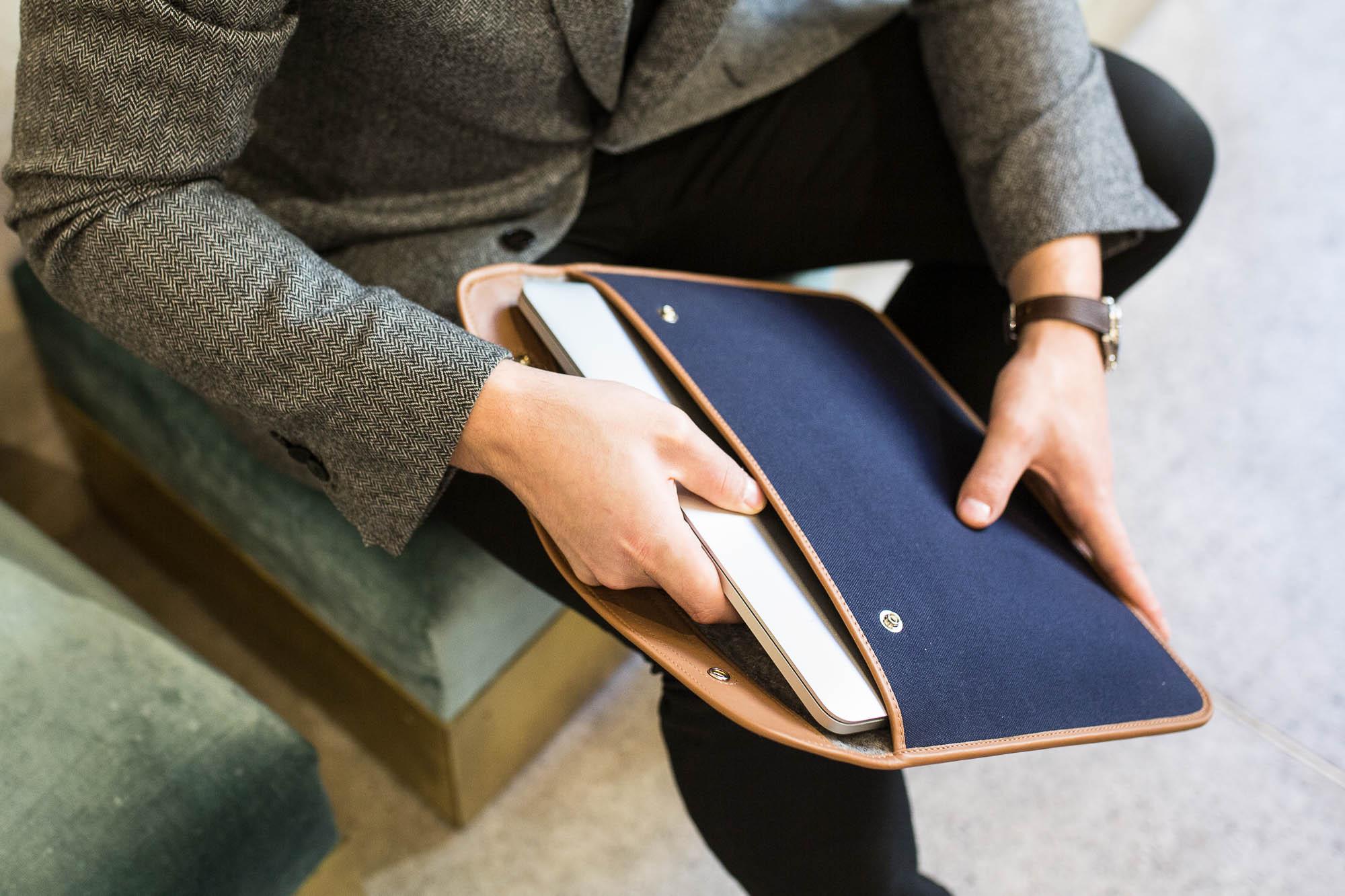 Joseph Bonnie - Pochette pour ordinateur en toile bleue et cuir marron