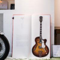 La brocante de La Fabrique Générale - Livre sur les guitares grandeur nature