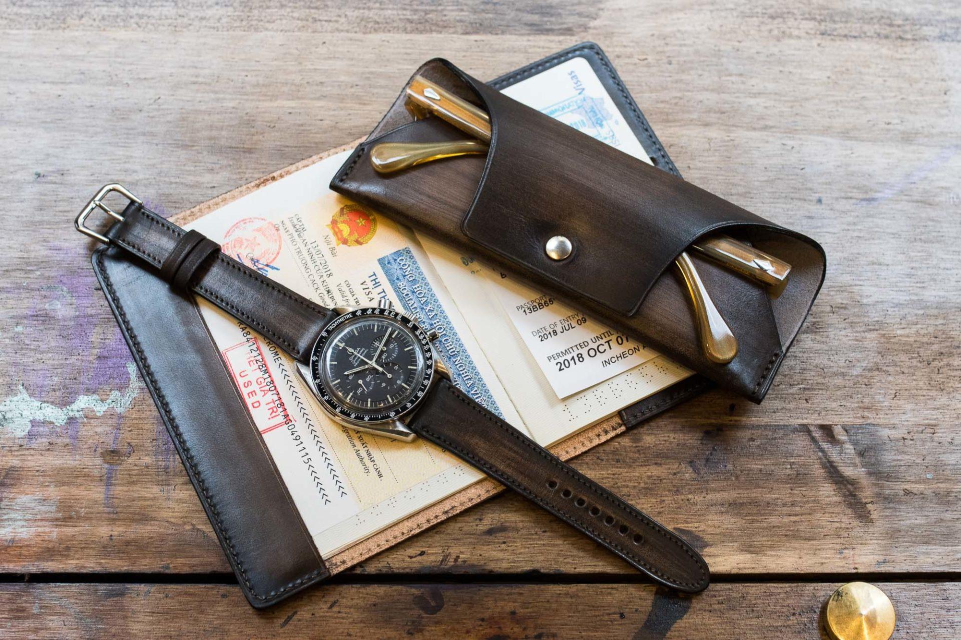 Malfroid x Joseph Bonnie - Porte passeport, Etui à lunettes et bracelet patinés